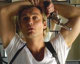 Jude Law Portrait with Gun Foto von  Movie Star News