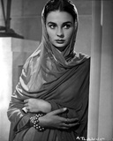 Jean Simmons Portrait in Grey Long Sleeve Dress and Sheer Shawl with Pearl Wristband Photo af Movie Star News