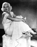 Jean Harlow Posed in White V-Neck Linen Ruffled Strap Dress with Knees Bent and Hands Together Fotografía por Movie Star News
