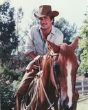 Lee Horsley Posed While Riding Horse in Cowboy Outfit Foto von  Movie Star News
