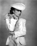 Sissy Spacek wearing a White Tunic with Matching Fur Scarf in a Classic Portrait Foto af  Movie Star News