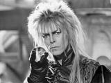 David Bowie Close Up Portrait Holding a Sphere with Gloves Photographie par  Movie Star News