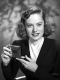 Alexis Smith Putting a Make Up While smiling Photo by  Movie Star News