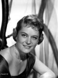 Alexis Smith Looking at the Camera wearing a Necklace Photo af Movie Star News