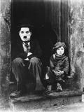 Charlie Chaplin Siting Beside Child in Black Tuxedo with Hat Foto av  Movie Star News