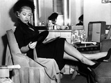 Gloria DeHaven Facing Her Mirror in Black and White Foto av  Movie Star News