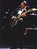 BB King Performing on Stage using Black Les Paul Guitar in Black Suit and Bow Tie Foto av  Movie Star News