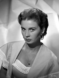 Jean Simmons Portrait in Hoop Earrings and White Knitted Top Shoulder Dress with Silk Muffler Coat Foto af  Movie Star News