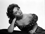 Jean Simmons Posed in Black Off Shoulder Bubble Dress with Head Leaning on the Right Hand Foto af  Movie Star News