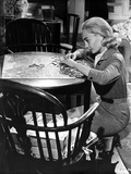 Jean Simmons squatting In front of the Table while Playing a Puzzle in Grey Tweed Suit Dress and Gr Foto af  Movie Star News
