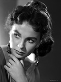 Jean Simmons Portrait in White Pleated Shoulder Dress and Fringe Earrings Foto af  Movie Star News