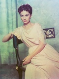 Jean Simmons sitting on a Chair in Beige Short Sleeve Draped Silk Dress Photo af  Movie Star News