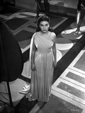 Jean Simmons Posed in White Single-Shoulder Draped Dress with Hands on the Side Foto af  Movie Star News