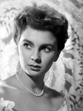Jean Simmons Portrait in White Ruffled Shoulder Dress and Pearl Necklace Foto af  Movie Star News