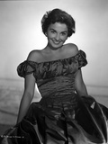 Jean Simmons Seated in Black Bubble Shoulder Dress with Hands Rest on the Side Foto af  Movie Star News