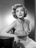 Lizabeth Scott Seated in Gown with Pearl Necklace Photo af Movie Star News