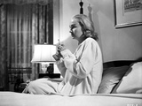 Jean Simmons Seated on the Bed in White Long Sleeve Sleep Dress Foto af  Movie Star News