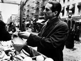 Marlon-GF Brando Scene with a Man Holding a Paper Bag- Photograph Print Foto af  Movie Star News