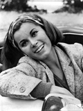 Stefanie Powers Leaning Pose in Black and White Portrait wearing Coat Foto af  Movie Star News