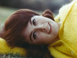 Stefanie Powers Close Up Portrait wearing Yellow Winter Coat Foto af  Movie Star News