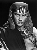 Yul Brynner Posed in Egyptian Attire With Black Background Photo by  Movie Star News