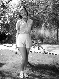 Jean Simmons Posed in White Striped Short Shoulder Shirt and White Short Pants Foto af  Movie Star News