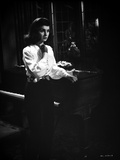 Jean Simmons Posed in White Long Sleeve Poet Shirt and Black Straight Cut Pants Foto af  Movie Star News
