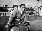 Audrey Hepburn and Gregory Peck in Rome Riding a Motorcycle Foto av  Movie Star News