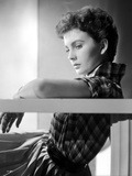 Jean Simmons Leaning Back in Checkered Short Sleeve Shirt with Left Arm Rest on Top of a Railing Foto af  Movie Star News