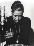 Billie Holiday Looking Down in Black Dress with Glass Foto av  Movie Star News