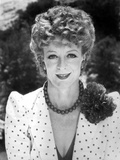 Maggie Smith smiling in polka dot Suit with Necklace Photo af Movie Star News