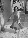 Elizabeth Taylor Running in Dress with Headband Photo by  Movie Star News