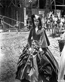 Gone With The Wind Lady wearing Black Gown with Hat Photographie par  Movie Star News