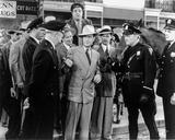 Abbott & Costello Group Picture with Policemen Photographie par  Movie Star News