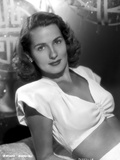 Brenda Marshall on a Midriff and Leaning Pose Photo by  Movie Star News