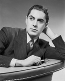 Tyrone Power Leaning on Couch Black and White Foto af  Movie Star News