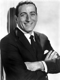 Tony Bennett Posed in Black Suit With Microphone Foto von  Movie Star News