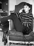Audrey Hepburn Striped Attire on the Phone Foto van  Movie Star News