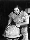 Kate Smith Pointing a Globe Pose Portrait Photo by  Movie Star News