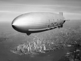 Stocktrek Images - Uss Macon Airship Flying over New York City - Fotografik Baskı
