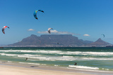South Africa, Capetown, Kitesurfer in Front of the Table Mountain Silhouette Fotografisk tryk af Catharina Lux