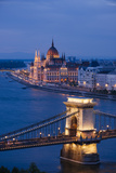 View over River Danube, Chain Bridge and Hungarian Parliament Building at Night Fotografisk tryk af Ben Pipe