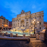 Panorama of Trevi Fountain Illuminated by Street Lamps and the Lights at Dusk, Rome, Lazio Impressão fotográfica por Roberto Moiola
