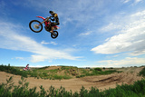 A Rider Sails Through the Air at a Motocross Event Fotografisk tryk af Keith Ladzinski