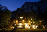 The Historic Awahnee Hotel in Yosemite Glows under a Darkening Sky Fotografisk tryk af Dmitri Alexander