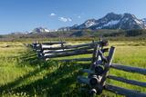 A Wooden Fence Zigzags Toward the Sawtooth Range in Idaho Fotografisk tryk af Dmitri Alexander