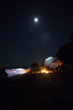 An Expedition Photographer Tends a Campfire on the Remote Beaches of Isla Bastimientos Reprodukcja zdjęcia autor Clare Fieseler