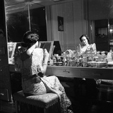 1949: Consuelo Madrigal Putting Make Up on for a Party 写真プリント : ジャック・バーンズ