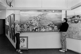 Artists Walter Keane and Margaret Keane Hanging Work Up, Tennessee, 1965 Reproduction photographique par Bill Ray