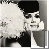 Nicole de la Marge portant un chapeau velour Peter Shepherd, 1965 Art par John French